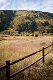 Aménagez la vue en parc de la barrière avec des montagnes et du feuillage d'automne près d'Aspen, le Colorado photographie stock libre de droits
