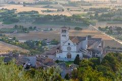 Aménagez la vue en parc de la basilique St Francis à Assisi images stock