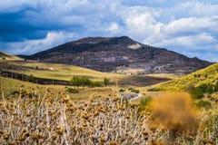 Aménagez la vue en parc de l'EL de thniet a eu la montagne dans le wilaya de tissemsilt, Algérie à un beau jour de 2018 octobre image stock