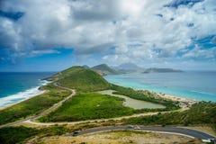 Aménagez la vue en parc de la mer des Caraïbes et de l'Océan Atlantique regardant au sud de l'île de St Kitts du haut de Timothy  Image libre de droits