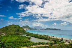 Aménagez la vue en parc de la mer des Caraïbes et de l'Océan Atlantique regardant au sud de l'île de St Kitts du haut de Timothy  Image stock
