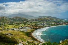 Aménagez la vue en parc de la mer des Caraïbes et de l'Océan Atlantique regardant au sud de l'île de St Kitts du haut de Timothy  Photo libre de droits