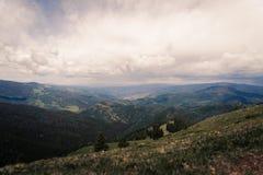 Aménagez la vue en parc de Minturn, le Colorado avec des nuages de tempête au-dessus photos stock