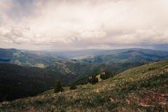 Aménagez la vue en parc de Minturn, le Colorado avec des nuages de tempête au-dessus photo libre de droits
