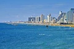 Aménagez la vue en parc de Tel Aviv et de personnes sur l'eau Images stock