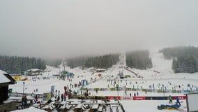 Aménagez la vue en parc des équipements de station de sports d'hiver avec la foule au secteur de ski banque de vidéos