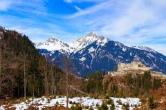Aménagez la vue en parc des Alpes avec le pont de Highline 179 et les ruines d'Ehrenberg Reutte, Tyrol, Autriche Images stock