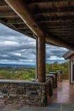 Aménagez la vue en parc du bois rustique et du porche en pierre photographie stock