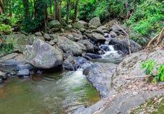 Aménagez la vue en parc du courant de l'eau près de la cascade en été Image libre de droits
