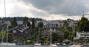 Aménagez la vue en parc du lac Zurich, bâtiments modernes Photographie stock