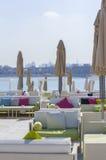 Aménagez la vue en parc du salon de plage sur le rivage à Dubaï Photographie stock libre de droits