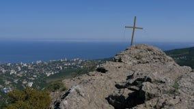 Aménagez la vue en parc sur la roche avec une croix dans les montagnes banque de vidéos
