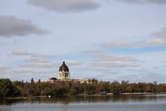 Aménagez le bâtiment en parc de législature de Saskatchewan de vue du lac Wascana photographie stock