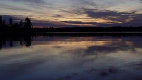 Aménagez le lac et la forêt en parc au coucher du soleil sans pluie banque de vidéos