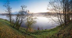 Aménagez le matin en parc brumeux sur le panorama de ressort d'été de rivière Photo libre de droits