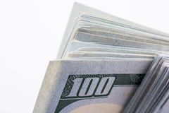 Américain 100 billets de banque du dollar placés sur le fond blanc Image stock