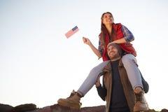 Américains fiers trimardant en montagnes Photographie stock libre de droits