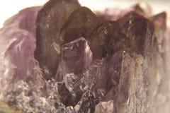 Améthyste en cristal pourpre  Photo stock
