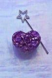Améthyste en forme de coeur avec la baguette magique féerique magique d'étoile Images stock