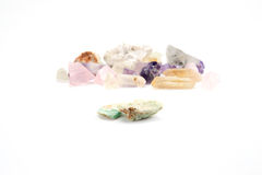Améthyste semi-précieuse de gemme de pierres gemmes brutes Photos stock