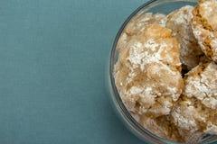 Amêndoa caseiro dos biscoitos no fundo de vidro do azul do frasco Imagens de Stock Royalty Free