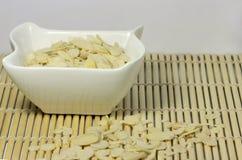 Amêndoa no prato cerâmico branco Imagens de Stock