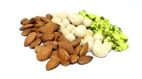 Amêndoas misturadas, amendoins e ervilhas verdes no fundo foto de stock