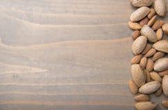 Amêndoas no fundo de madeira fotografia de stock