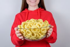 Amüsieren Sie sich! Geerntetes Nahaufnahmeansichtfoto von flippigem nettem recht mit dem toothy lächelnden geselligen Menschen, d stockbild