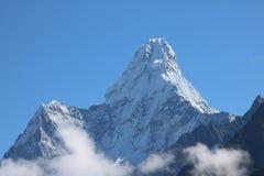 Ama Dablam è una montagna con la fine su cattura con il fondo del cielo immagini stock libere da diritti