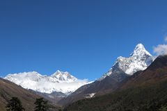 Ama Dablam é uma montanha atrai muitos montanhistas com fundo do céu foto de stock