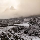 Ama Dablam alza attraverso la nuvola dopo le precipitazioni nevose, regione di Khumbu, Ne Immagini Stock