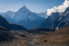 Ama Dablam-berg piekmening van Chola-pas, de berg van Himalayagebergte stock foto's