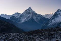 Ama Dablam bergmaximum i en morgon, Everest region, Nepal Arkivbilder