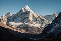 Ama Dablam góra Słońce iluminuje skłony Himalajskie góry, Nepal obrazy stock