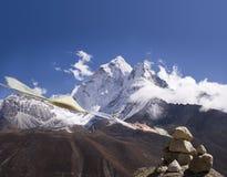 Ama Dablam Gebet-Markierungsfahnen - Nepal Stockfotos