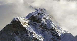 Ama Dablam Halnego szczytu Cloudscape nieba Nepal himalaje Dramatyczne góry obraz royalty free