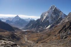 Ama Dablam halny szczyt i Arakam halny szczyt od Chola pas Zdjęcie Royalty Free