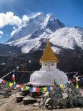 Ama Dablam Mountain detrás de la capilla budista Imagenes de archivo