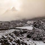 Ama Dablam når en höjdpunkt till och med molnet efter snöfall, den Khumbu regionen, Ne arkivbilder