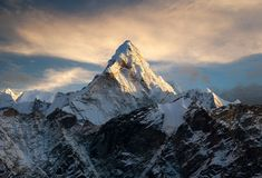 Ama Dablam na sposobie Everest Podstawowy obóz Obrazy Stock