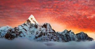 Ama Dablam z pięknymi chmurami Fotografia Stock