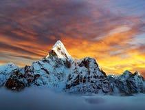 Ama Dablam z pięknymi chmurami Zdjęcie Stock