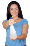Ama de casa adorable con el difusor que hace la limpieza Foto de archivo libre de regalías