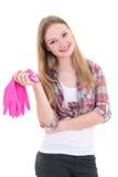 Ama de casa atractiva en guantes de goma rosados sobre el fondo blanco Imágenes de archivo libres de regalías