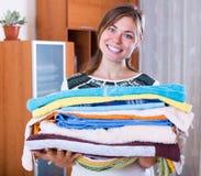 Ama de casa con la pila de lino Imagen de archivo libre de regalías