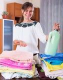 Ama de casa con la pila de lino Fotografía de archivo