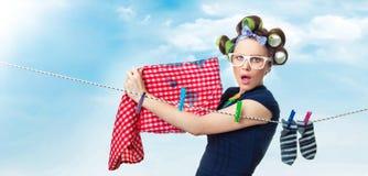 Ama de casa con ropa mojada Fotos de archivo libres de regalías
