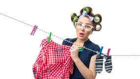 Ama de casa con ropa mojada sobre blanco Fotografía de archivo libre de regalías