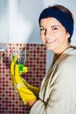 Ama de casa con un vidrio limpio Foto de archivo libre de regalías